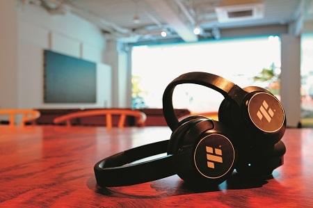 自社開発した高音質ヘッドフォン